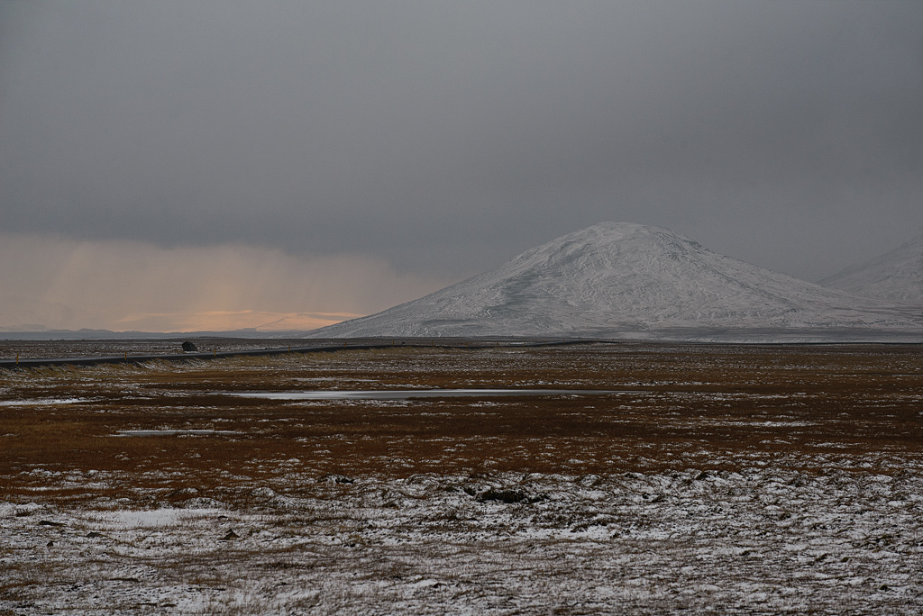 Hafursfell Berg im Osten Islands Sonnenstrahlen am Horizont